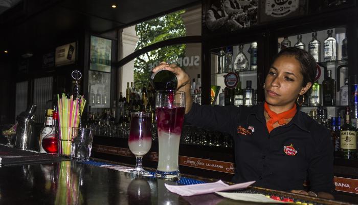 Bares en La Habana: el retorno de las luces de neón
