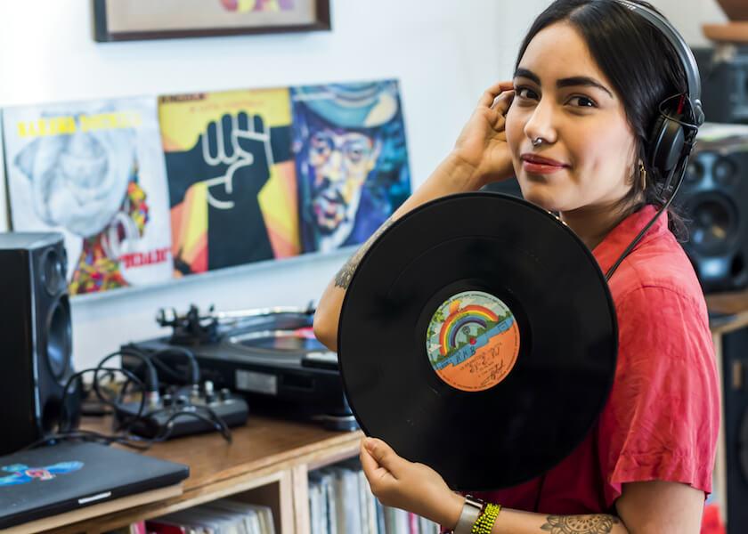 Cami Layé Okún, la DJ que explora la tradición cubana en los discos de vinilo