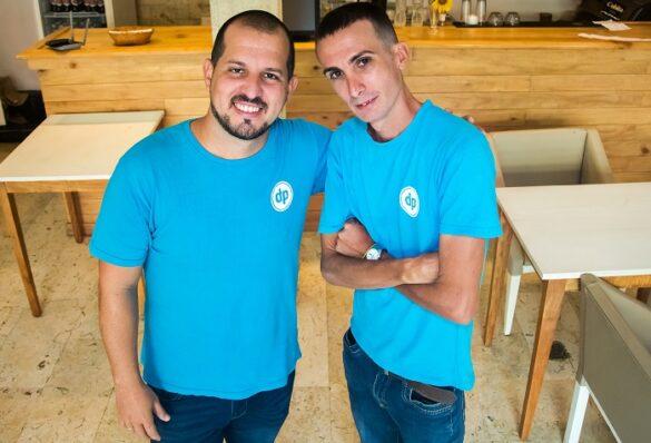 Alejandro Pérez y Juan José Puerto lideran Dataplus, un negocio que adapta Internet de las Cosas en Cuba. Foto: Abel Rojas / PanamericanWorld
